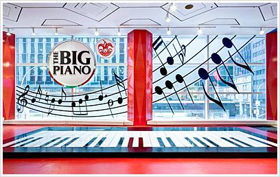 Piano gigante dentro da loja (Foto: site da loja)