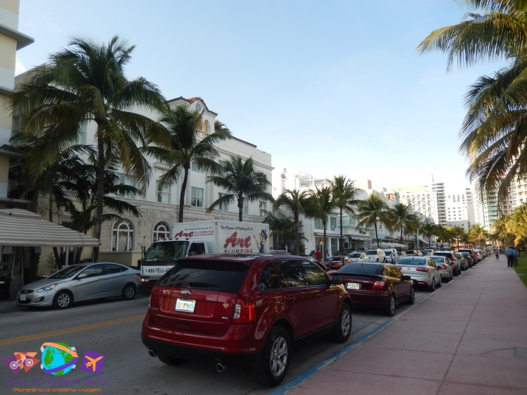 Carros estacionados na Ocean Drive