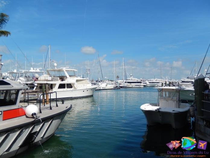 Baía com barcos atracados