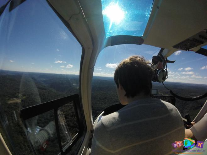 Dentro do helicóptero